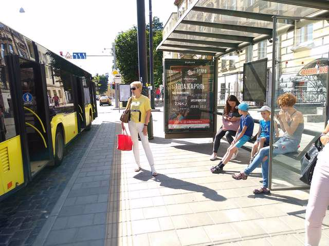 Остановка №206517 в городе Львов (Львовская область), размещение наружной рекламы, IDMedia-аренда по самым низким ценам!
